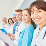 Gruppe Ärzte in der Ausbildung im Team auf einem Krankenhaus Flur